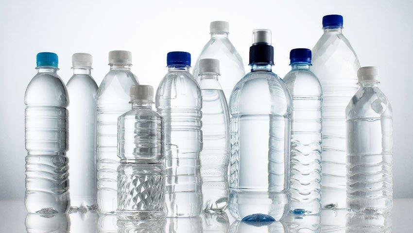 tipos de plásticos 1 - botellas de agua en varios diseños y tamaños sin marca hechos de PET Tereftalato de Polietileno