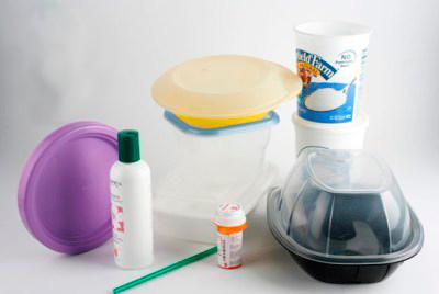 tipos de plásticos 5 - envases en variedad de tamaños y colores hechas de PP Polipropileno