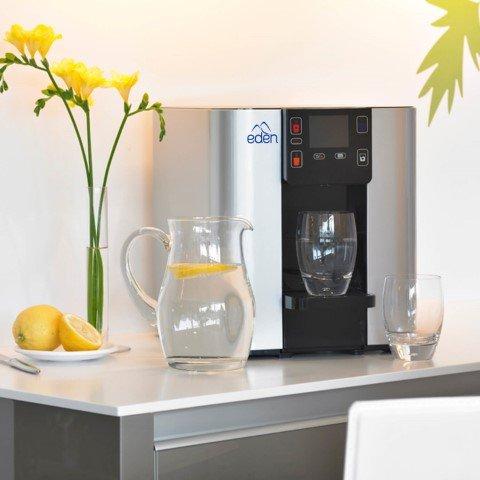 dispensador de agua plateado para oficina