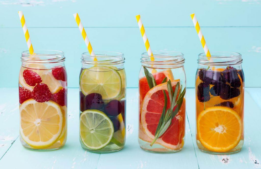 las mejores infusiones de agua pura con frutas para la buena hidratación