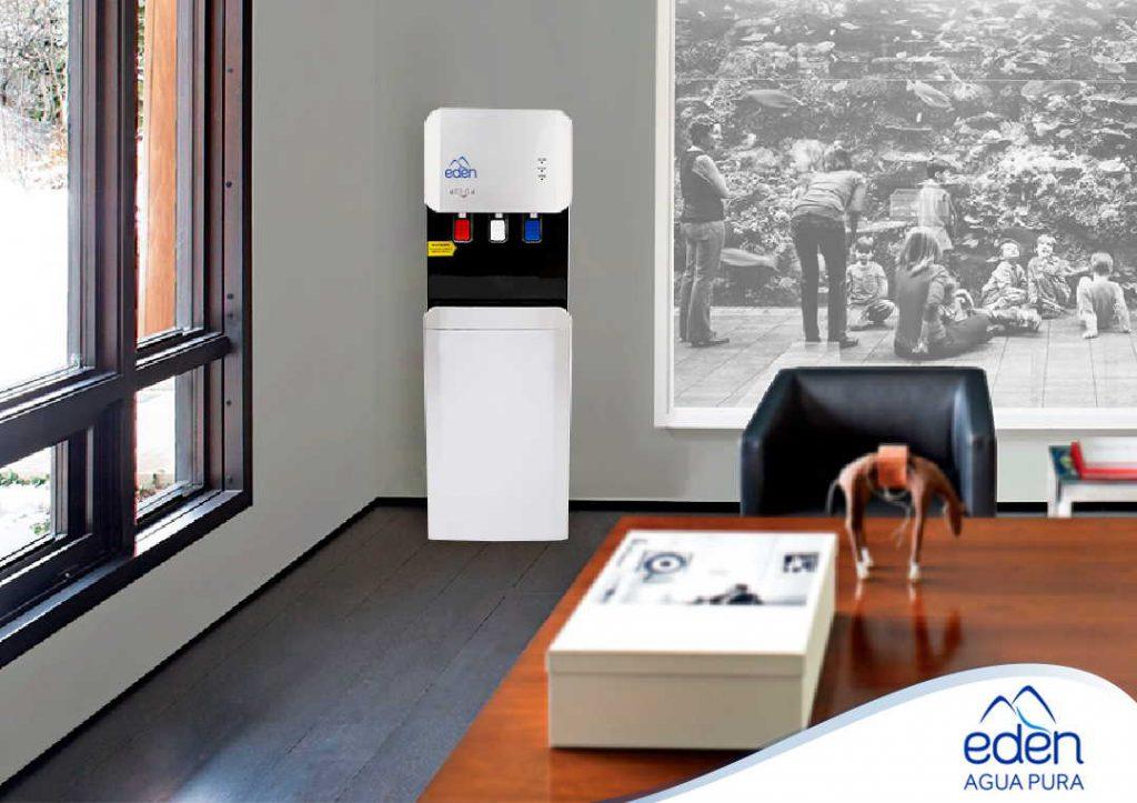 dispensador purificador de agua edén moon con tres temperaturas, fría, caliente, al tiempo, en una oficina de arequitectos