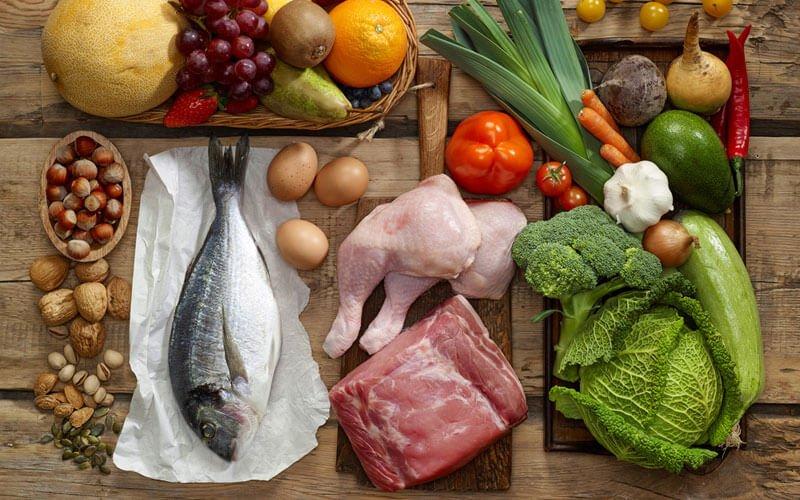 variedad de alimentos, frutas verduras carne pescado encima de una tabla antes de prepararlos