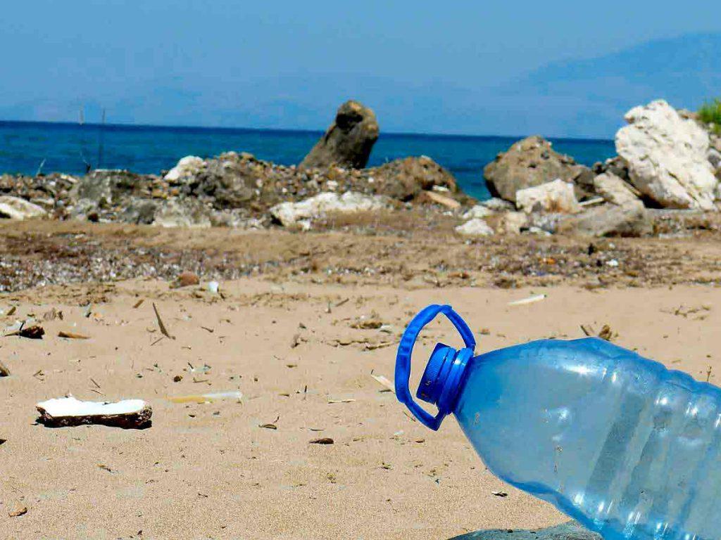 No es es muy bueno almacenar agua en botellas